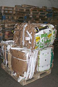 Отходы упаковки прессуются в аккуратные кипы
